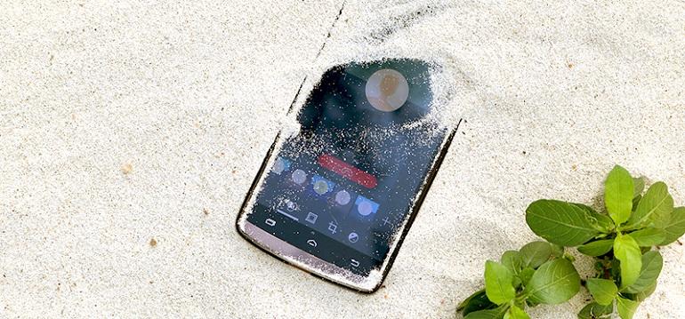 Οι παγίδες του καλοκαιριού για τα smartphone: Άμμος