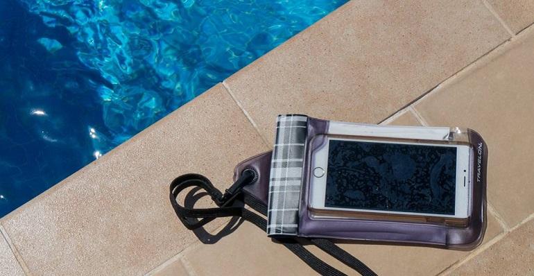 Οι παγίδες του καλοκαιριού για τα smartphone: Νερό