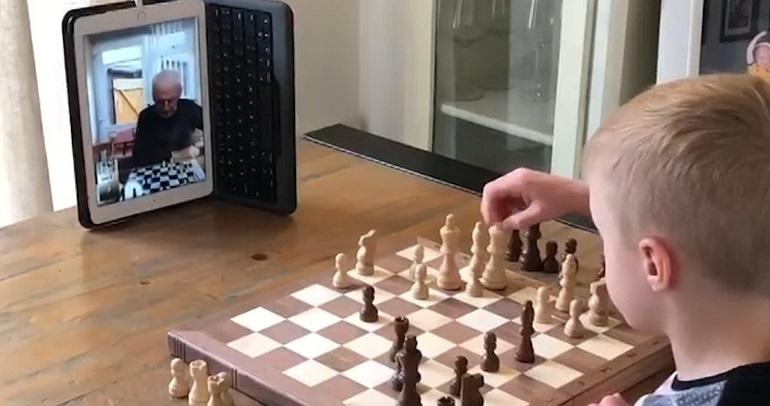 Παππούς και εγγονός παίζουν σκάκι μέσω βιντεοκλήσης!