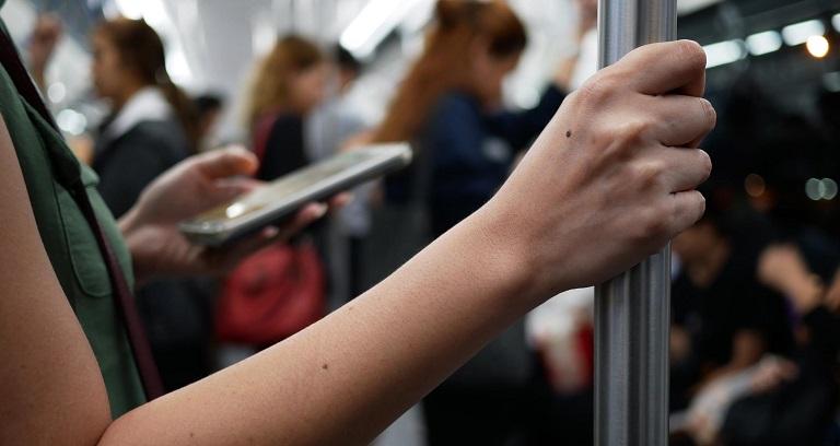 Ό,τι αγγίζουν τα χέρια σου μένει πάνω στο κινητό σου: Πώς να το καθαρίσεις